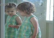Cực yêu bé gái tự hôn mình trong gương